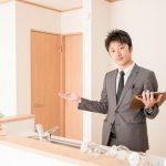 部屋を紹介している不動産スタッフ